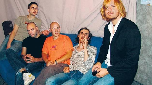 NOVÁ KAPELA, NOVÝ ELÁN. Michal Hrůza (vpravo), výjimečně bez tmavých brýlí, a jaho parta.