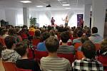 Youtuber Jirka Král se věnuje projektu Buď safe online. Na ZŠ Lipence přednášel o rizikách internetu spolu se Sabinou Dlouhou, herečkou z filmu V síti.