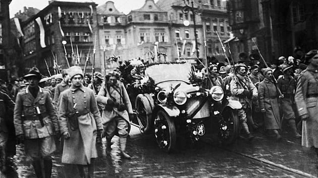NÁVRAT Z EXILU. Slavnostní příjezd prvního československého prezidenta Tomáše Garrigua Masaryka na Staroměstské náměstí.