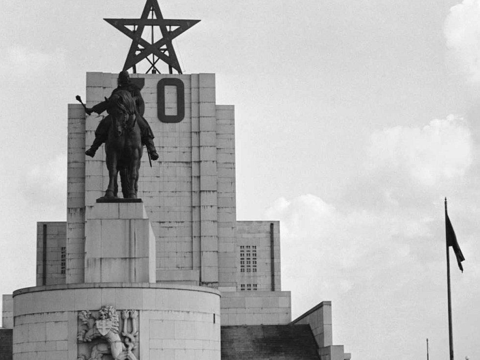 Žižka – U hrobu neznámého vojína se konají pietní akty na památku padlých v první a druhé světové válce. Za minulého režimu se to však neobešlo bez komunistických symbolů. Snímek je z roku 1951, jeden rok po odhalení sochy Jana Žižky z Trocnova.