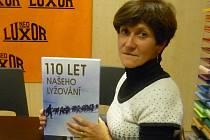 Bývalá reprezentantka v běhu na lyžích Květa Jeriová-Pecková pokřtila encyklopedii českého lyžování