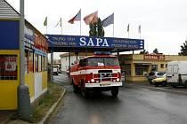 Hasiči zasahovali v centru asijských obchodníků SAPA v pražské Libuši, kde v jednom ze skladů vypukl rozsáhlý požár.