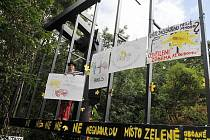 Protestní happening proti stavbě reklamního bigboardu v památkové zóně Buďánka v Praze 5 uspořádali 14. července okolní obyvatelé. Zúčastnil se i filmový režisér Jiří Menzel.