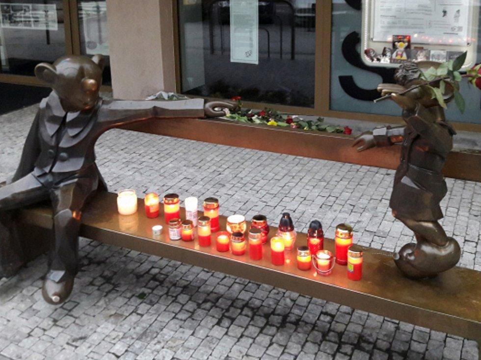 Květiny a zapálené svíčky leží před pražským Divadlem Spejbla a Hurvínka, jehož ředitelka Helena Štáchová.
