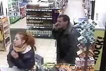 Při vloupání do bytu v Praze 10 se ztratila platební karta. Tou pak neznámá žena s mužem zaplatili v obchodě s potravinami v Praze 7.