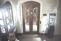 Foto pachatele, který se v hotelové hale ve Veleslavínově ulici v Praze dopustil trestného činu krádeže vloupáním.