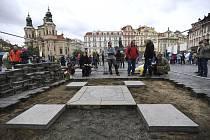 Sochař Váňa začal s obnovou Mariánského sloupu v Praze.