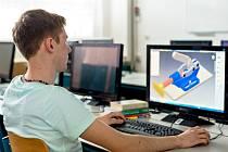Studenti IT se učí modelovat v 3D programech.