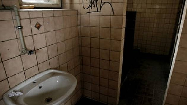 Nevábně vypadající toalety na Dejvickém nádraží.