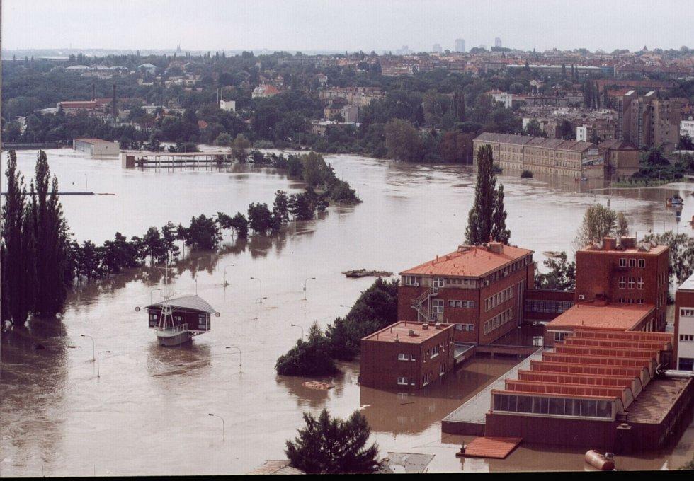 Povodně z roku 2002 v Praze. Zdymadlo Podaba.