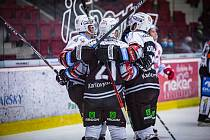 Hokejisté Karlových Varů vyhráli na Spartě 4:3 po nájezdech a přerušili tak jejich devítizápasovou sérii vítězství.