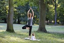 Užijte si ve Stromovce jógu s celou rodinou.