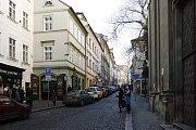 Původně to byly vlastně ulice dvě, dělila je Strahovská brána a hradby Menšího Města pražského, jak se dřív Malá Strana nazývala. Právě kvůli nim, je světle zelený dům naproti kostelu svatého Kajetána tak vykousnutý.