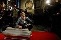 Odborníci začali po 109 letech 15. listopadu v Týnském chrámu na pražském Staroměstském náměstí otevírat hrobku Tycha de Brahe. Odeberou vzorky, aby zjistili jak zemřel.