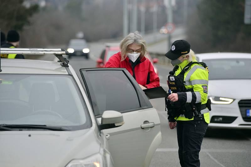 Hned 1. března 2021 kontrolovala policie v Praze dodržování zákazu cestování mezi okresy.