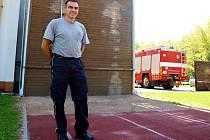 Vedoucí družstva požárního sportu Pavel Říha stojí před cvičnou věží v Kutné Hoře.
