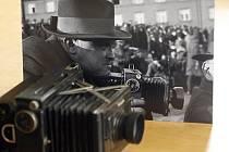 """Jindřich Zelenka na stylizované fotografii jako """"zuřivý"""" reportér s fotoaparátem Zeiss Ikon."""