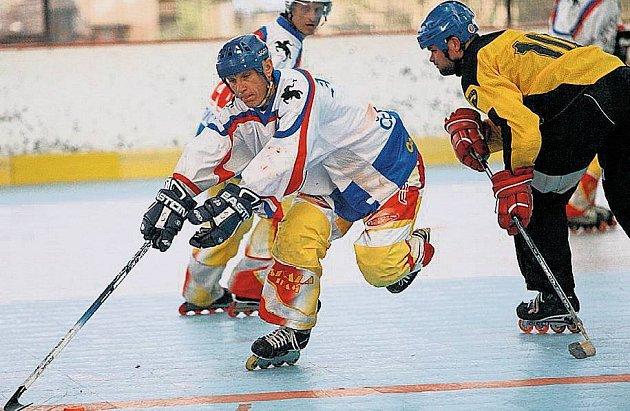 LETNÍ HOKEJ. V in–line hokeji si to rozdávají i malá města, například Litomyšl a Skuteč.