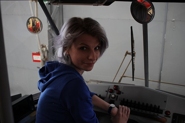 Třicetiletá drobná řidička tramvaje Karolína Hubková pracuje uDPP již 8let a je jedinou ženou, která vPraze řídí všechny typy tramvají.