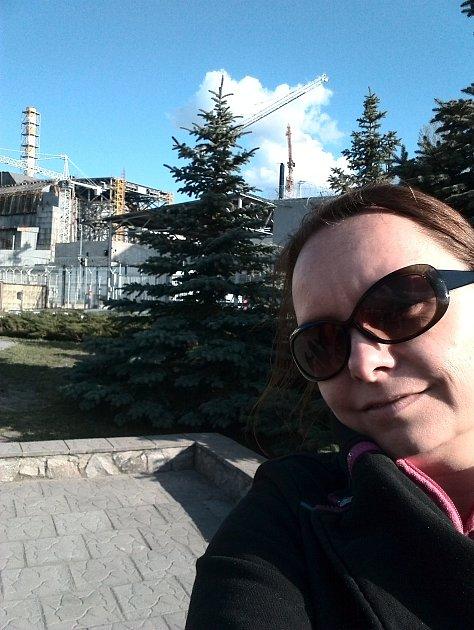 Kateřina Vršanská pracuje jako průvodkyně vČernobylu pro české návštěvníky. Vážnost situace lidem dochází ve chvíli, kdy stojí uvstupní brány zóny a prochází pasovou kontrolou.