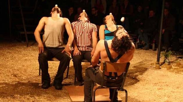 ČLENOVÉ CIRGUE GALAPIAT jsou absolventy mezinárodních vysokých škol se zaměřením na cirkusové umění.