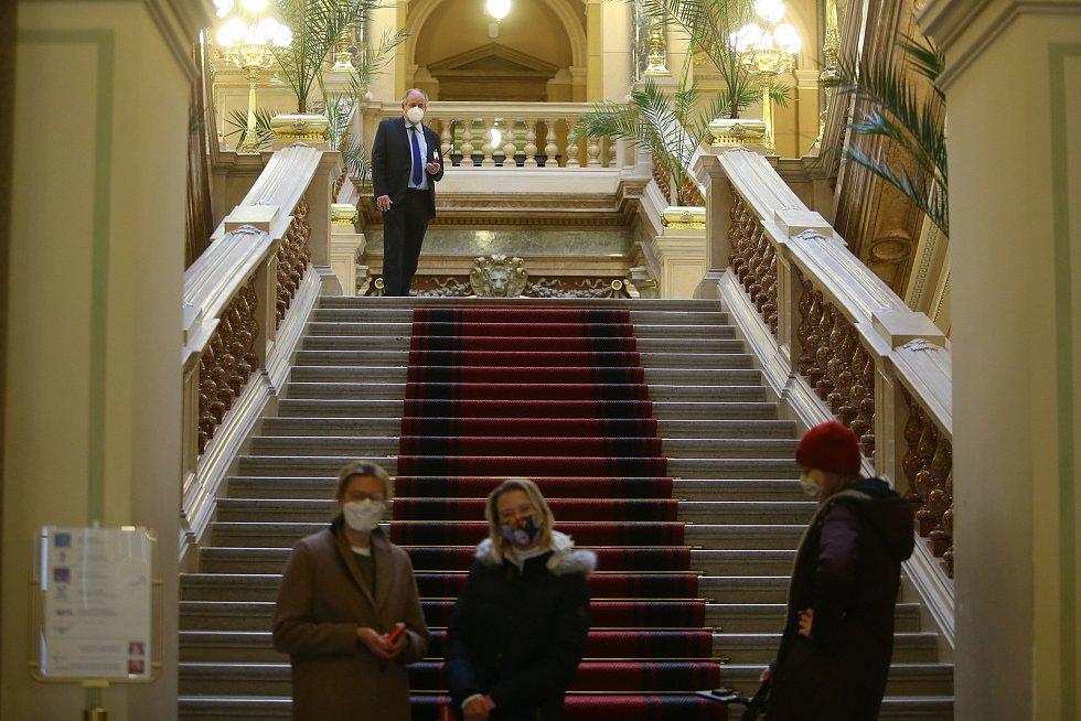 Národní muzeum, které bylo kvůli druhé vlně epidemie koronaviru zavřeno od 8. října, znovu otevřelo ve čtvrtek 3. prosince 2020. Vstup prvních návštěvníků jsme navštívili s redakčním objektivem.