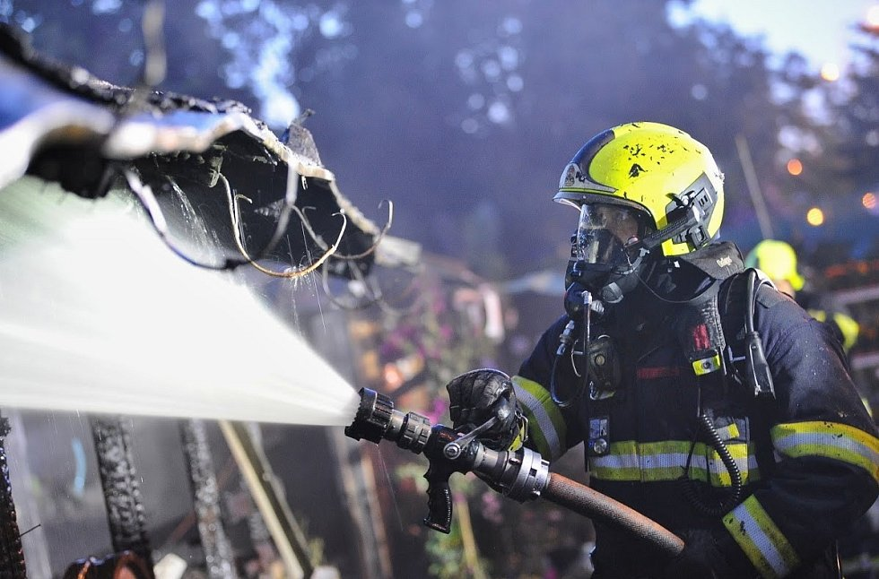 Požár zahradnictví ve Švehlově ulici v Praze 13. června 2021.