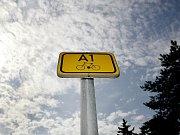 Cyklistická stezka vedoucí u břehu Vltavy v pražských Dejvicích.