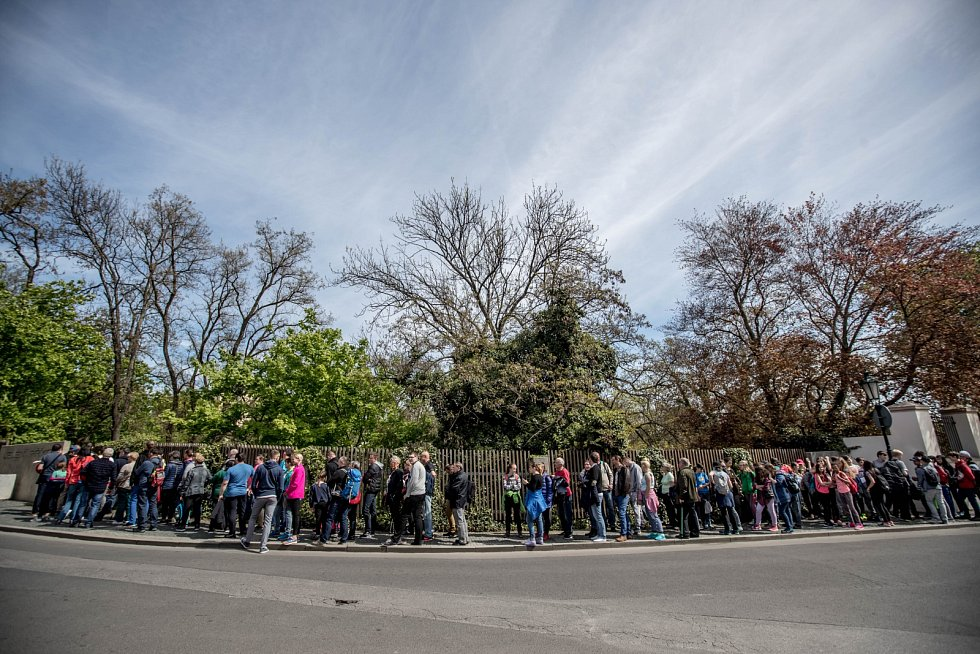 Fronty turistů před Pražskýho hradem dopoledne 3. května. Na snímku vstup přes Jelení příkop.