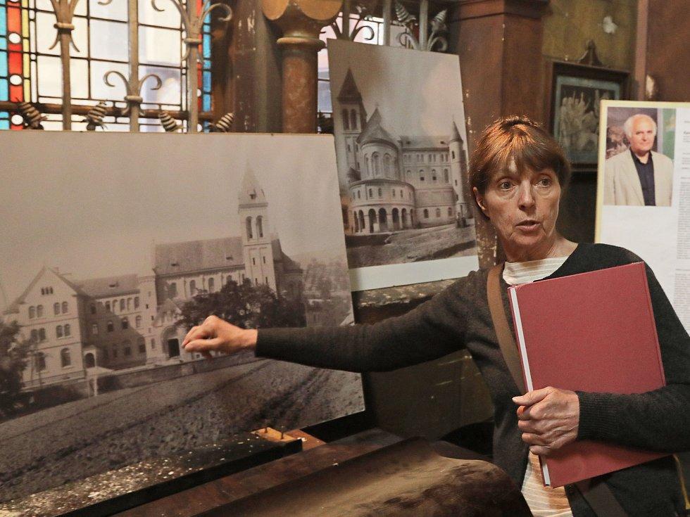 Kostel sv. Gabriela na Smíchově. Na snímku Monica Bubna-Litic.