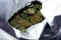 Uvnitř mercedesu celníci objevili 33 kilogramů sušené marihuany, která byla kvůli své charakteristické aromatické vůni ještě zabalena v hliníkových sáčcích