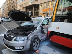 I záchranáři, kteří pomáhali jednomu pacientovi, museli v pondělí zasahovat v Revoluční ulici v centru metropole, kde se necelé čtyři hodiny po poledni střetla tramvaj s osobním autem.