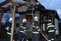 Požár chaty u ulice K Višňovému sadu na okraji Velké Chuchle.