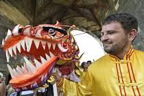 Průvod s pochodovou kapelou dnes v Praze upozornil na pronásledování příznivců meditačního hnutí Fa-lun-kung