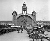 Pražské vzorkové veletrhy. Pohled na prostranství před Veletržním palácem. 11. září 1946.