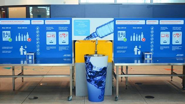 Letiště Praha chce omezovat jednorázové plasty. Pomoct má systém výlevek a pítek.