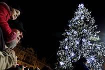 POSLEDNÍ PŘIPOMÍNKA VÁNOC. Strom na Staroměstském náměstí přišel o svou výzdobu už v pátek, v neděli zmizel i on.