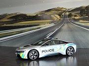 Policie otestuje vozidlo BMW i8.