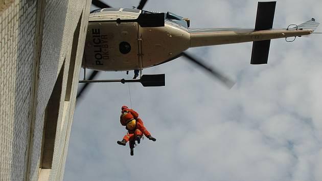 Výcvik leteckých záchranářů HZS Praha. Záchrana osob ze střech a obytných domů pomocí vrtulníku.