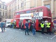 Květnové zasedání zastupitelů hlavního města Prahy provázely občanské protesty.