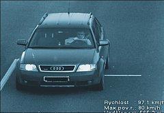 Tento řidič stovkou nejede, ale bude to pravděpodobně tím, že jej zaujal text v novinách.