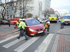 Nehoda tramvaje a osobního automobilu.