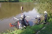 Protože vozidlo skončilo téměř potopené pod hladinu asi čtyři metry od břehu, bylo třeba povolat vyprošťovací jeřáb z berounské stanice.