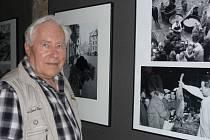 JOVAN DEZORT je mimo jiné držitelem Zlaté pečeti z World Press Photo. Profesionálně fotí už od roku 1960. A právě z této doby pocházejí snímky na výstavě na Staroměstské radnici.