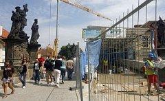 Dokončuje se první fáze rekonstrukce, která spočívá v opravě části mostu od Malostranského náměstí po schody na Kampu. Současně začíná oprava mostu již nad vodou.