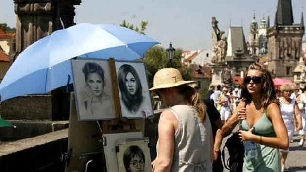 Získat a uhájit si své místo na Karlově mostě není pro umělce tak snadné.