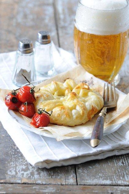 Camembert vlistovém těstíčku na grilu.