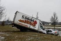 Kuriózní nehoda. Pekařská dodávka přejela v Praze do protisměru a střetla se s osobním autem, oba vozy skončily v parku Ladronka.