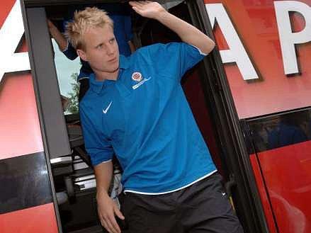 David Limberský vystupuje ze sparťanského autobusu krátce po přestupu z Plzně.