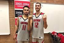 Talent v zámoří. Basketbalista Patrick Samoura (vlevo) se spoluhráčem z týmu arizonské Cochise College.